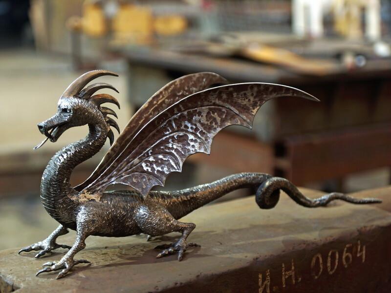старинную брусчатку дракон кованый фото близкие, милые